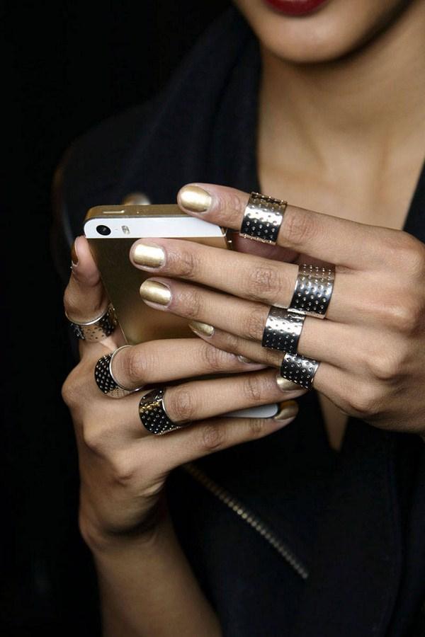 hbz-nail-trends-fw2014-metallicy-06-Naeem-Khan-bks-M-RF14-0186-lg (Copy)