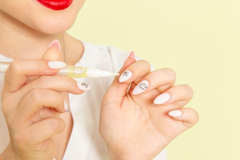 Học nghề vẽ móng nail đang phổ biến.