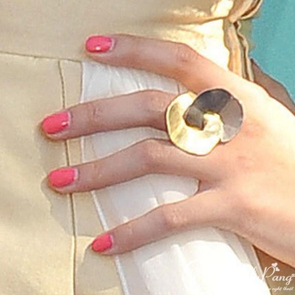 selena-gomez-nails-hot-pink (Copy)